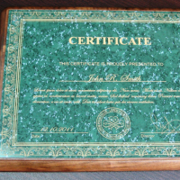Основа - плакетка орех, формат А4, пластина - двухслойный пластик толщиной 0,5 мм (зеленый мрамор/золото). Лазерная гравировка.