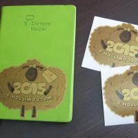 Плоттерная печать с контурной резкой, пленка золотая матовая На фото представлен образец использования на ежедневниках