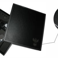 Гравировка покрытия из черной кожи, используется газовый лазерный станок.