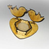 Подсвечник изготовлен из фанеры (используется сорт I/II) с покрытием тонирующим лаком. Может быть использован как сувенир на 14 февраля или иные праздники. Возможно изготовление по индивидуальному дизайну.