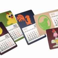 Декоративное изделие в виде магнита-календаря, размер 8,5х14,5 см с символом года Петуха. Основа - дизайнерский картон (цвет и текстура могут быть подобраны индивидуально), символ изготовлен из фетра (модели №№ 1-5) с дополнительными декоративными элементами в виде игрушечных глазок с бегающими зрачками. Символ в модели № 6 изготовлен в виде самоклеющейся этикетки с полноцветным изображением на подложке из оргстекла толщиной 1мм. Стандартный календарный блок 12 листов, печать 2+0. На обратной стороне  - крепление из магнитного винила. Дополнительно на изделие может быть нанесен логотип одним из видов печати - тампопечатью, шелкографией, тиснением.