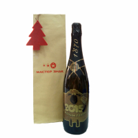 Набор состоит из бутылки шампанского с праздничной этикеткой (изготовлено из самоклеящейся пленки методом плоттерной печати), декоративной подвески из фетра 2 мм (изготовлено методом лазерной резки) и упаковочного крафт-пакета (нанесение выполнено методом шелкографии)