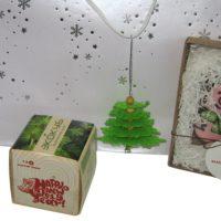 В комплект входят: подарочный пакет, картон (тиснение фольгой), экокуб, дерево (УФ печать), сувенирное печенье (тампопечать на картонной бирке). На ручку пакета крепится декоративная подвеска-елочка, фетр (лазерная резка)