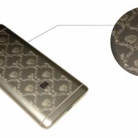 Печать на металлической крышке смартфона матовым УФ лаком, 5 проходов (эффект термоподъема)