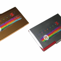 УФ печать по металлу, полноцвет, режим Премиум с белой подложкой. Требуется предварительная активация поверхности Визитница слева имеет ребристую структуру (криволинейная поверхность)